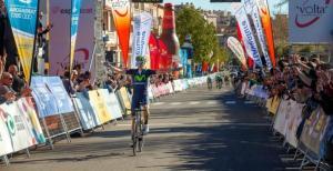 Alejandro Valverde guanyant l'etapa del 2015 que també va finalitzar a Valls.