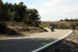 Imatge de motos que passen pel punt quilomètric 22,2 de la C-242 al terme municipal de Juncosa .