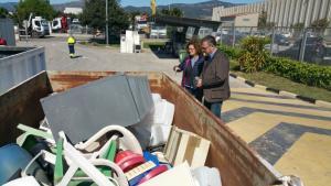 Martí Barberà, regidor de Territori i Medi Ambient i una tècnica de la regidoria visitant les instal·lacions de la deixalleria avui 7 d'abril de 2016.