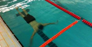 La natació és una de les proves físiques que s'entrenen.