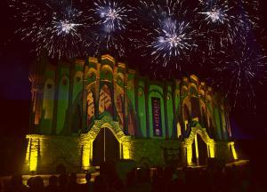 Un gran castell de focs durant la Vinitfest.