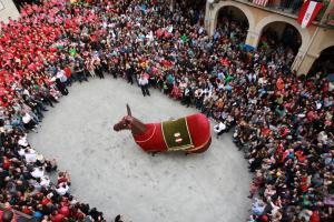 Balladetes dels gegants i la mulassa abans de la diada castellera de Santa Úrsula.