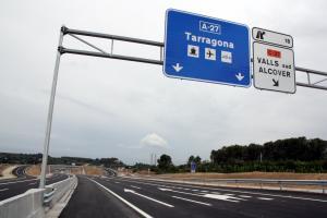 Pla general del tercer tram de l'A-27 a Valls, corresponent a la variant, amb cartells en direcció a Tarragona.