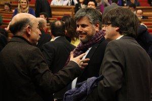 Els diputats de JxSí Germà Bel, Albert Batet i Carles Puigdemont, al ple del Parlament.
