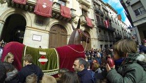 La mulassa de Valls ballant a la plaça del Blat durant la Festa de la Calçotada.