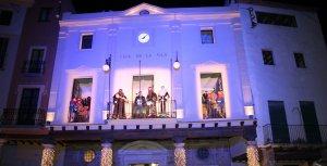 Ses Majestats llegint el missatge reial des del balcó de l'Ajuntament d'Alcover.