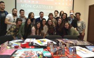 Foto de grup dels estudiants i els professors de l'IES Vidal i Barraquer de Tarragona després de la roda de premsa de presentació del projecte educatiu.