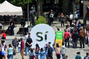 El 'sí' gegant que l'entitat independentista va instal·lar a l'escenari del Pati durant la diada de Sant Jordi.