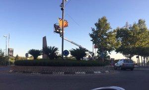 L'ANC reposant les estelades que hi ha a la rotonda ubicada al final del passeig de l'Estació.