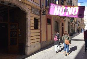 Pancarta situada al costat del Casal Popular La Turba de Valls arran de la campanya «No és no».