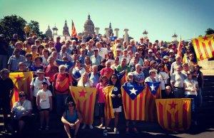 Els participants de Valls i l'Alt Camp en la concentració per defensar el  referèndum a Barcelona.