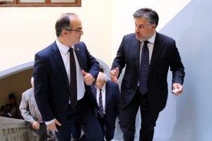 El conseller de Presidència i l'alcalde de Valls, Albert Batet, pujant les escales de l'Ajuntament de Valls.