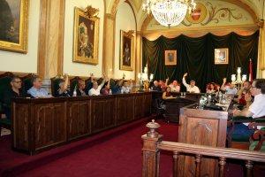 Pla general del ple de l'Ajuntament de Valls quan es vota a mà alçada la redistribució de competències i dedicacions.