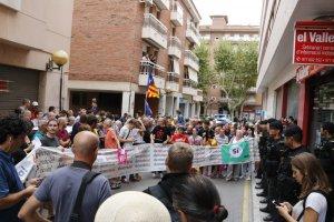 Imatge de la concentració ciutadana davant del setmanari 'el Vallenc.