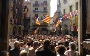 La plaça del Blat ha entonat el Cant dels Segadors durant la Festa de la Democràcia.
