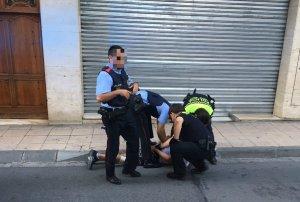 Quatre policies han intervingut en la detenció.