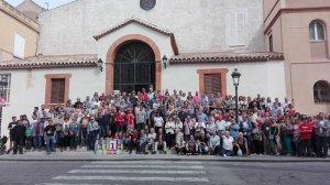 S'han fet la fotografia davant de l'església de la Mare de Déu del Lledó.