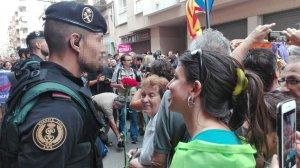 Una jove regala un clavell a la Guàrdia Civil durant l'escorcoll a la seu del setmanari 'El Vallenc'