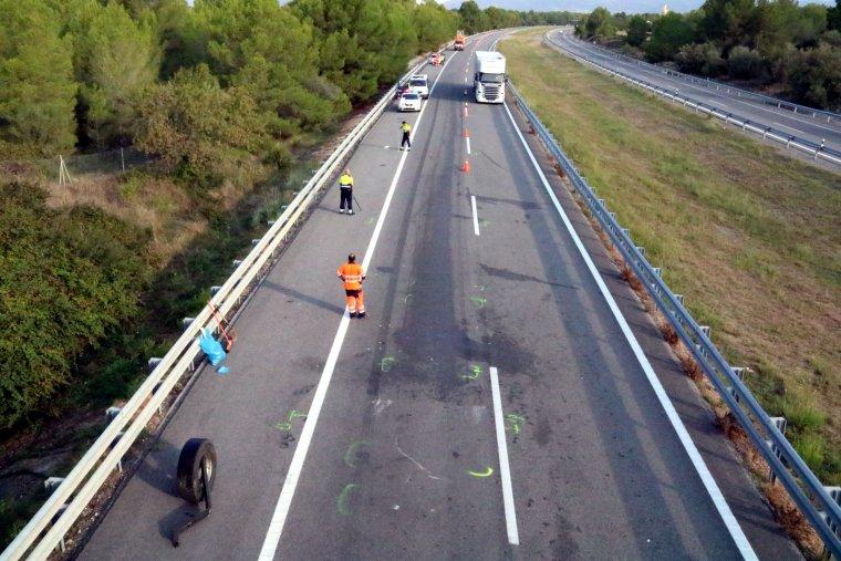Pla general del punt de l'accident mortal que s'ha produït a l'AP-2 a Vila-rodona i d'efectius a la zona.