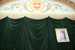 Pintura de l'escut de Valls al frontal de la sala de plens de l'Ajuntament i sota, sobre unes cortines, el buit que ocupava la foto del rei Felip VI.