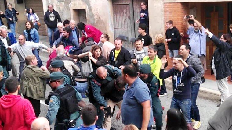 Moment de la càrrega policial a Cabra del Camp. Imatge de l'1 d'octubre del 2017.