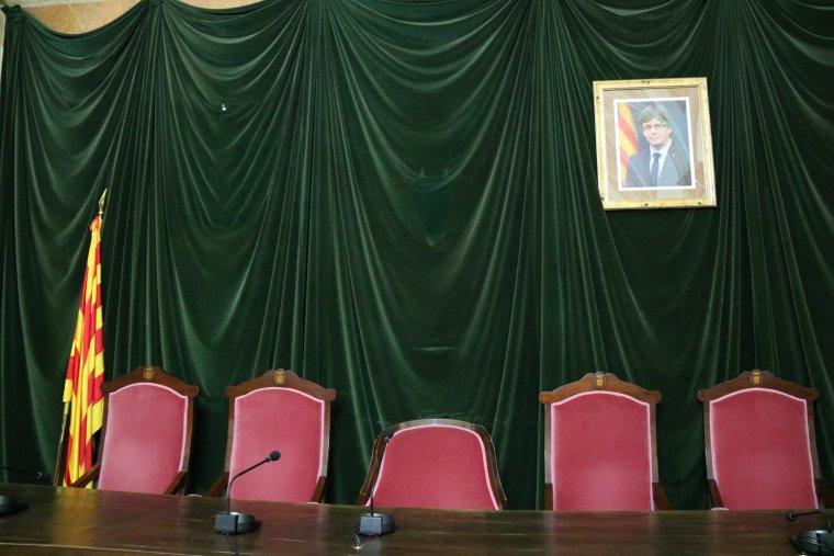 Pla detall de les cadires d'alcaldia i tinents d'alcalde del saló de plens de l'Ajuntament de Valls.