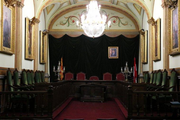 Pla general de la sala de plens de l'Ajuntament de Valls -amb les cadires dels 21 regidors- sense el quadre del rei Felip VI, i a la dreta de la imatge, es veu la foto del president Carles Puigdemont.