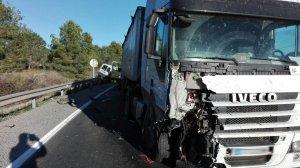 El camió i el vehicle accidentats.