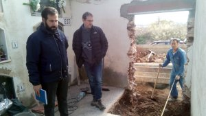 L'alcalde, Enric Ferré, i el regidor Xavier Pérez amb els constructors .