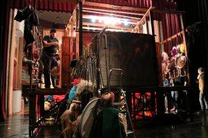 Pla obert de la part del darrere d'un teatret tradicional de titelles, durant els assajos de la companyia Opera dei Pupi Brigliadoro (Palerm), al Teatre Principal de Valls.