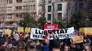 El CDR de Valls ha desplegat durant el concurs de Menjar Calçots una pancarta demanant la llibertat dels presos polítics.