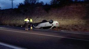 El cotxe accidentat ha quedat bolcat en un dels marges de la carretera.