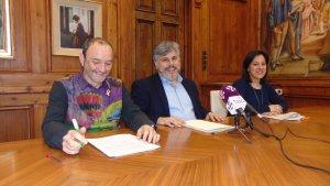 Jordi Cartanyà, primer tinent d'alcalde de Valls, Albert Batet, alcalde de Valls i Judit Fàbregas, segona tinent d'alcalde, durant la presentació dels comptes del 2018.