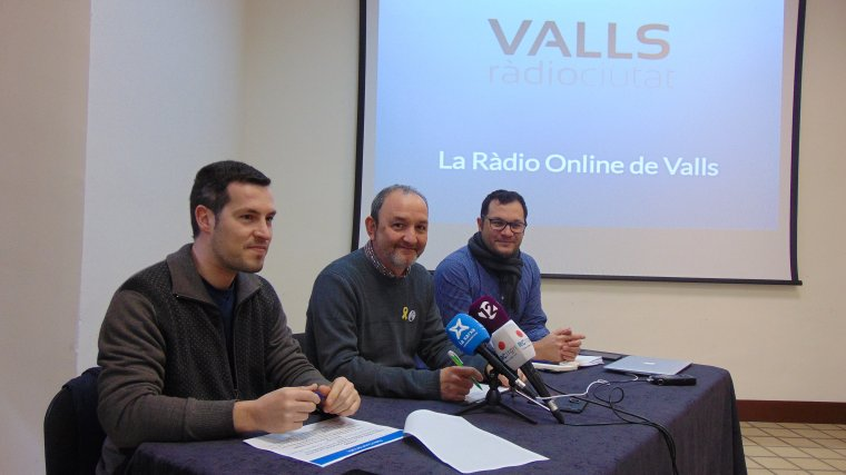 Francesc Anguela, regidor de Tecnologies de la Informació , Jordi Cartanyà, primer tinent d'alcalde i Quim Espinosa, responsable de l'empresa Quimeras.