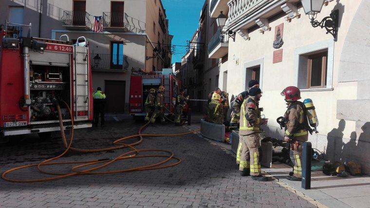 Una casa del carrer Major de Vallmoll ha cremat aquest dimarts 13 de febrer.