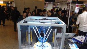 Alumnes observant un robot dissenyat per l'Institut Jaume HUguet de Valls.