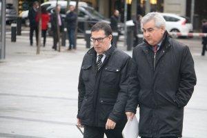 L'exsecretari general d'Interior, el vallenc César Puig, a les portes de l'Audiència Nacional, i l'advocat, Jaume Alonso-Cuevillas.