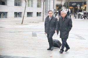 Pla obert de l'exsecretari general d'Interior, César Puig, i el seu advocat, Jaume Alonso-Cuevillas,a les portes de l'Audiència Nacional.
