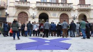 Un gran llaç lila durant la concentració d'aquest migdia a la plaça del Blat de Valls.