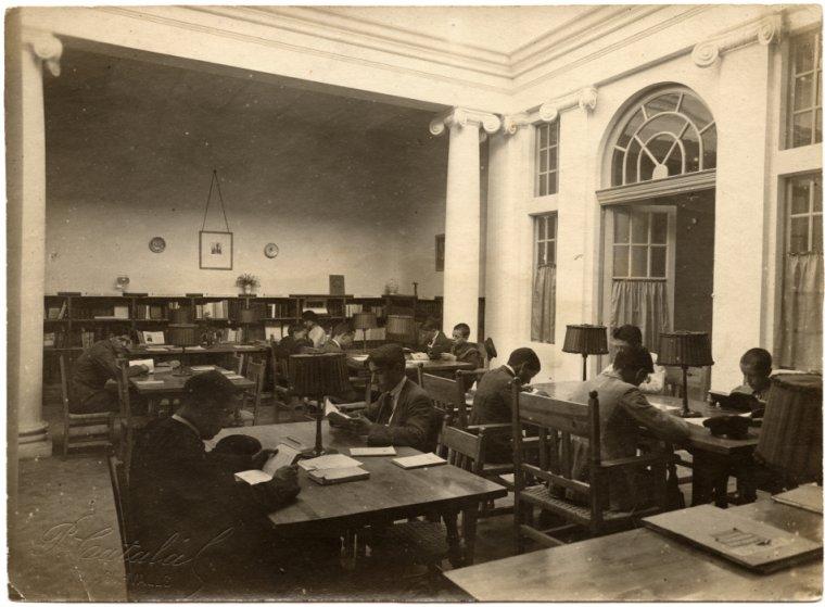 L'edifici noucentista, projectat per l'arquitecte Lluís Planas, va posar en funcionament el seu servei bibliotecari el 16 de juliol del 1916.