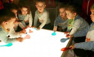 La taula de llum, una nova eina educativa a la llar d'infants.