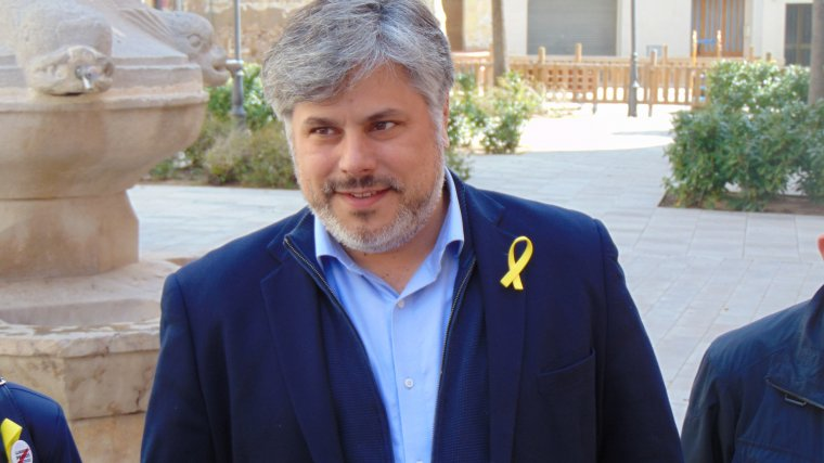 Albert Batet, alcalde de Valls, amb el llaç groc a la solapa.