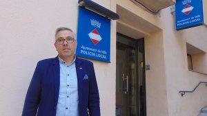 Enric Garcia, regidor de Seguretat Ciutadana i Protecció Civil, davant la comissaria de la Policia Local de Valls.