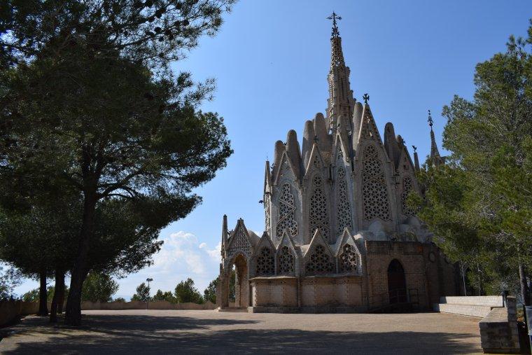 Les formes del santuari recorden a la Sagrada Família de Barcelona.