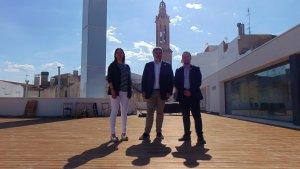 Albert Batet, alcalde de Valls, al centre de la imatge, junt amb Marc Ayala, regidor de Cultura i Judit Fàbregas, regidora d'Obres Públiques.