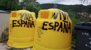 Els contenidors eren nous i han aparegut pintats amb el lema 'Viva España'.