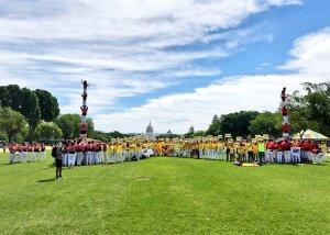 Pilars de les dues colles vallenques al National Mall de Washington amb gent amb cartells i camises grogues per reclamar la llibertat dels presos polítics.