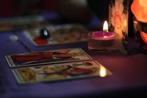 Acompaña tu tirada con velas de colores según las consultas