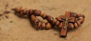 Collar de madera con la cruz e imagen de Jesús