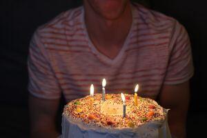 Estos mensajes de cumpleaños para alguien que cumple 20 años te inspirarán